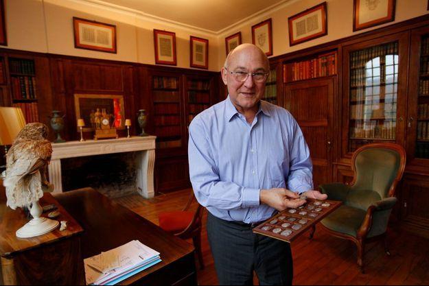 Le ministre, samedi 25 janvier, chez lui, à Argenton-sur-Creuse, dans son bureau avec sa collection de pièces.