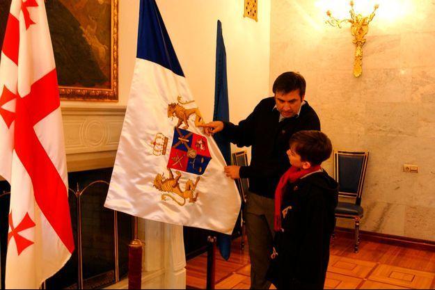Mikhaïl Saakachvili, en février 2004, à 36 ans, alors qu'il vient d'être élu président. Il explique à son fils Edouard, 8 ans, la signification des armoiries de l'ancienne Géorgie.