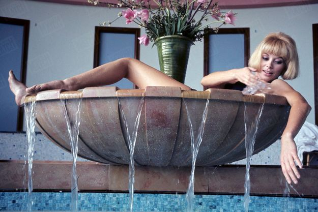 Belle sans provocation, elle joue la carte de l'érotisme soft. Telle une Vénus émergeant de l'onde dans son coquillage, en 1966. La naïade de 1,72 mètre n'est pas encore la « grande sauterelle ».