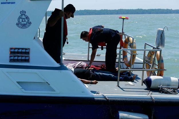 Les recherches des 32 disparus continuent au large des côtes occidentales de la Malaisie, le 18 juin.