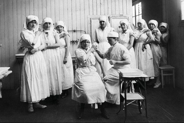 Nicole Mangin donne un cours de vaccination aux infirmières de son hôpital, en 1918.