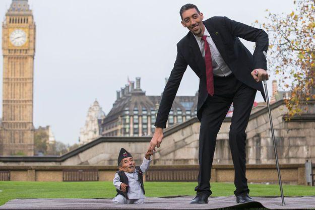 Chandra Bahadur Dangi, le plus petit homme du monde, pose avec Sultan Kosen, l'un des hommes les plus grands hommes du globe