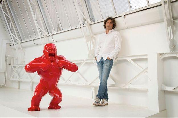 Avec ses panthères, ses loups et ses gorilles, l'artiste français fait exploser sa cote Dans un atelier parisien, Richard Orlinski à côté de son « Kong », sculpture en résine rouge de 1,10 mètre créée en 2010.