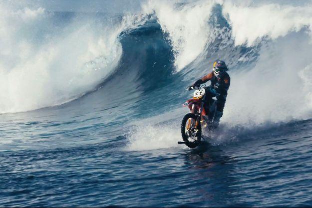 Robbie Maddison surfe une vague à moto.