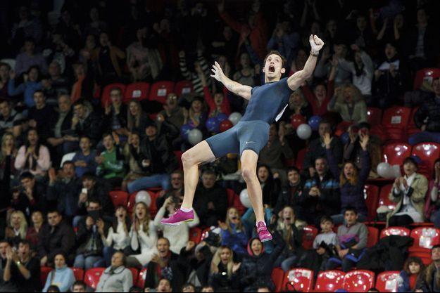 Samedi 15 février, 17 h 30. Devant les 3 000 spectateurs de la Halle Drojba à Donetsk, en Ukraine, Renaud Lavillenie, 27 ans, devient le recordman du monde du saut à la perche et entre dans l'Histoire.