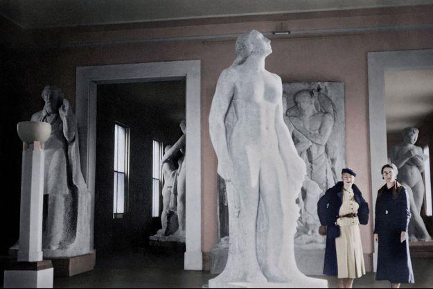 En 1934, Rose Valland (à droite) fait visiter l'exposition du sculpteur argentin José Fioravanti, au Jeu de Paume (photo colorisée). Pendant l'Occupation, le musée servira de lieu de transit pour les œuvres d'art destinées aux dignitaires du IIIe Reich.