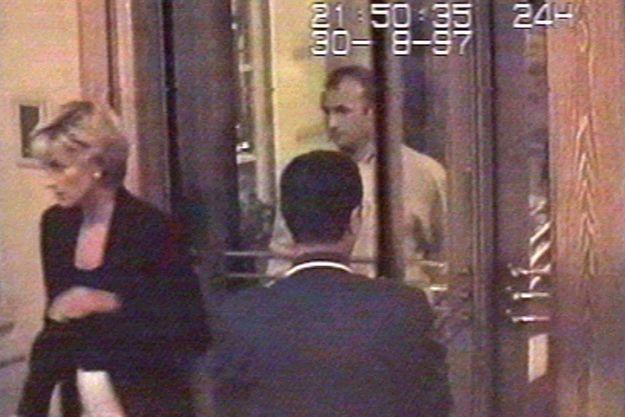 Diana sortant du Ritz avec Dodi Al Fayed, quelques minutes avant leur mort, le 30 août 1997.
