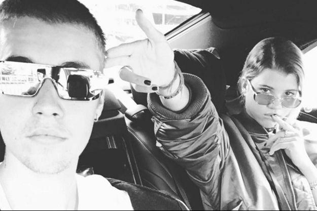 Justin Bieber et Sofia Richie officialisent leur relation.