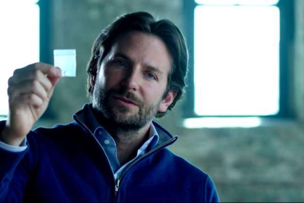 """Bradley Cooper apparait dans la bande-annonce de la série """"Limitless"""", bientôt sur CBS."""