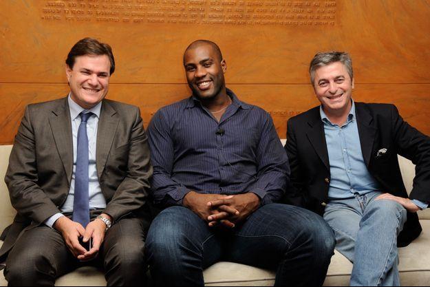 Teddy Riner entouré de Benjamin Cymerman, président du Comité du Faubourg Saint-Honoré, et de Stanislas Lyonnet, membre de l'Institut Imagine.