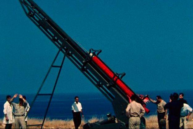 """Manoug Manougian et la """"Lebanese Rocket Society"""" lors du lancement d'une fusée """"made in Liban""""."""
