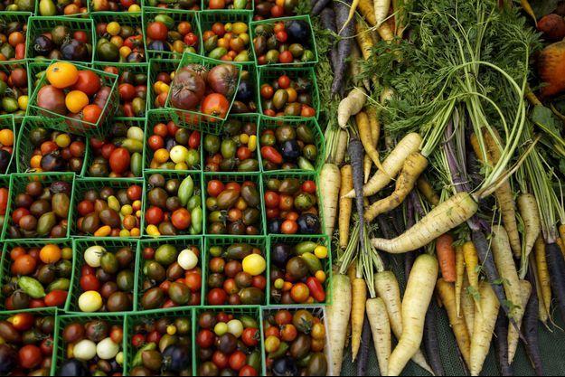 Des légumes sur un étalage.