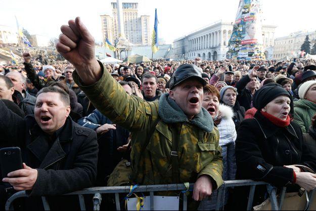 Les Ukrainiens écoutent sur la place de l'Indépendance les différents discours avant la signature de l'accord, le 21 février 2014