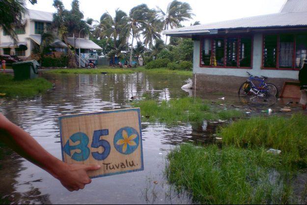Une île de Tuvalu inondée.