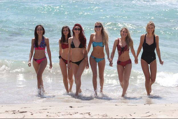 Des femmes posent avec les bikinis connectés.