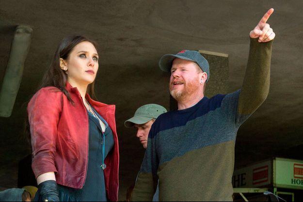 """Joss Whedon sur le tournage de """"The Avengers 2"""" en train de conseiller Elizabeth Olsen (la Sorcière rouge)."""