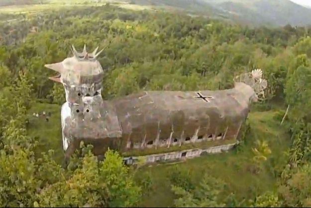"""Le bâtiment est surnommé """"Gereja Ayam"""" en Indonésie, soit """"église poulet"""" en langue française."""