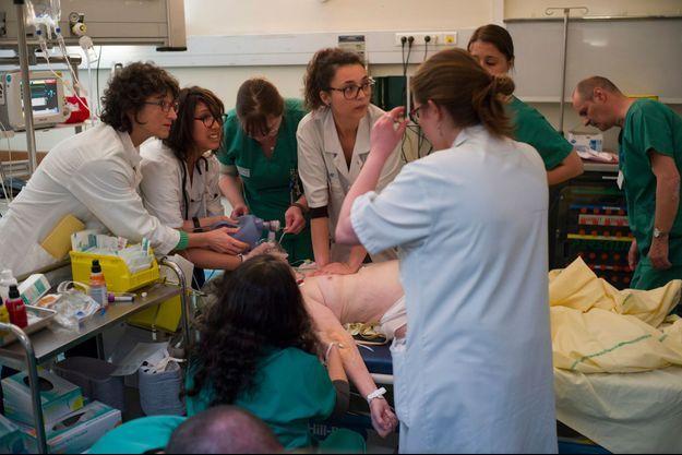 Après vingt minutes de massages, le coeur de cette patiente de 72 ans repart. Elle sera transférée en réanimation, mais y décédera quelques heures plus tard.