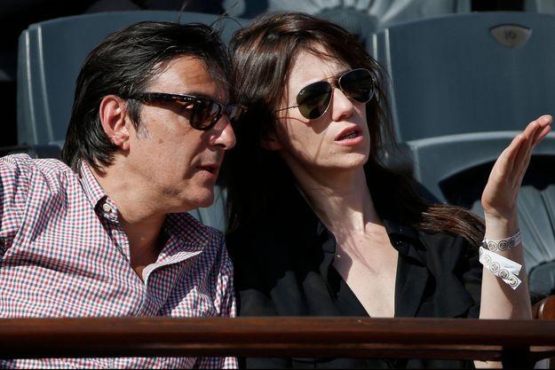 Yvan Attal et sa femme Charlotte Gainsbourg assistent à un match du tournoi Roland Garros en 2014.