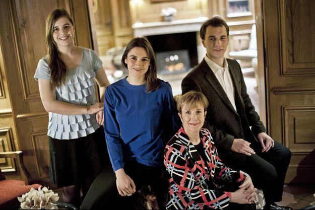 Dominique Loiseau entourée de ses enfants.