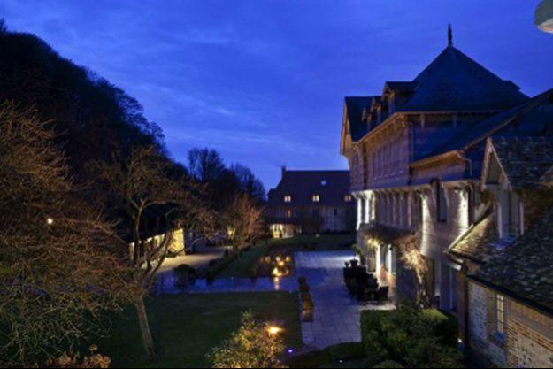 La Ferme St Siméon, majestueuse dans son naturel, à la tombée de la nuit.
