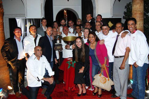Autour de Ludovic Antoine, les chefs engagés dans la compétition du Trophée MarrakChef 2014, le jury des experts et les partenaires dont Arnaud Bamvens, directeur général du Naoura Barrière, félicitent Richard Toix à l'heure de la remise des prix au Riad Monceau.