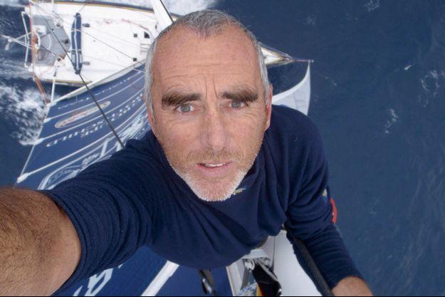 Solitaire ou Capitaine, Loïck Peyron grimpe au sommet avec l'humilité de son naturel face aux épreuves des océans.