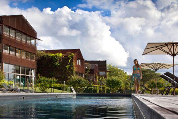 L'étonnante piscine du St James à Bordeaux. De couleur noire, le fond est invisible. Elle s'impose comme une œuvre d'art contemporaine.