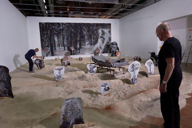 """Anselm Kiefer dirige la mise en place de son installation in situ """"Pour Madame de Staël : De l'Allemagne » au Centre Pompidou."""