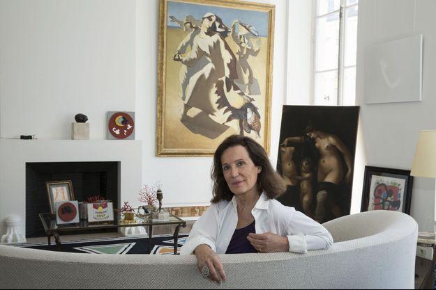 """Elizabeth Royer-Grimblat chez elle, avec deux tableaux de sa collection privée: """"Les pêcheuses"""", de Léopold Survage, 1926 (à g.) et """"Vénus et Cupidon"""" de Vincenzo Volari, 1648."""