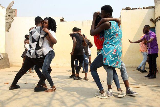 C'est l'heure du cours de kizomba, la danse angolaise qui a conquis le monde.