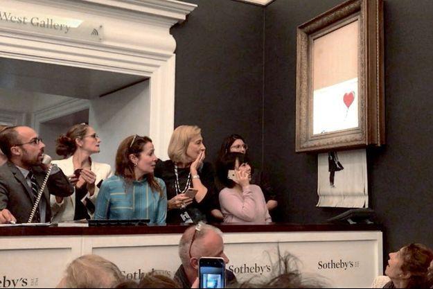 Vendredi 5 octobre, à Londres, à la fin de la vente qui l'adjugeait pour 1,18 million d'euros, la toile « Girl With Balloon » a glissé dans une déchiqueteuse dissimulée dans le cadre