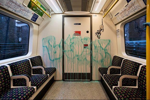 L'oeuvre de Banksy dans le métro londonien.