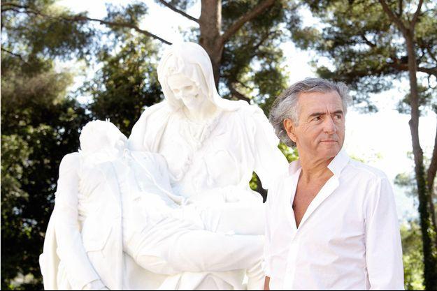 Dans les jardins de la fondation, devant « Merciful Dream » de Jan Fabre, issu de sa série sur les pieta. Cette sculpture en marbre blanc de 7 tonnes est une réinterprétation de la « Pieta » de Michel-Ange.