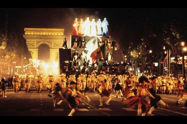 Sur son char délirant avec les chanteuses de Doudou N'Diaye Rose en boubous colorésde lumières tricolores, l'Afrique fait danser les Champs-Elysées
