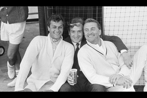Willy Rizzo, au centre, en compagnie de Tony Curtis et Kirk Douglas, à Los Angeles en 1959.