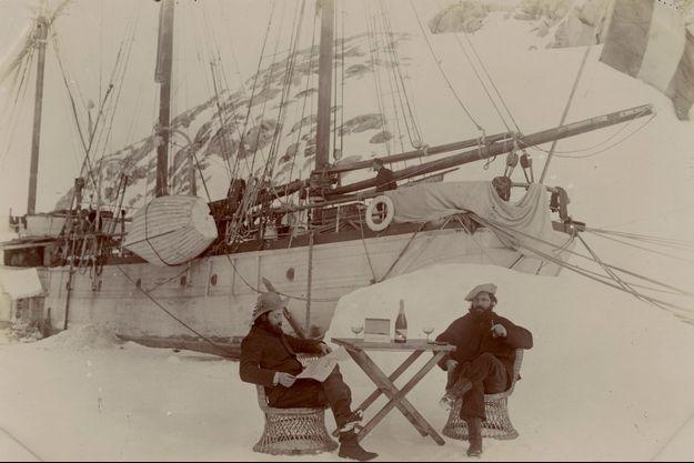 """Devant le """"Français"""", Gourdon et Pléneau autour d'un verre de Mumm Cordon Rouge célébrant l'anniversaire de Charcot le 15 juillet 1904."""
