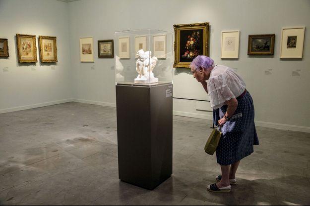 Devant « La femme accroupie », un marbre de Rodin, Nahama Ginesberg, 85 ans. Cette rescapée de l'Holocauste est venue découvrir l'exposition « Choix fatidiques : art du trésor Gurlitt », au musée d'Israël à Jérusalem, fin septembre.