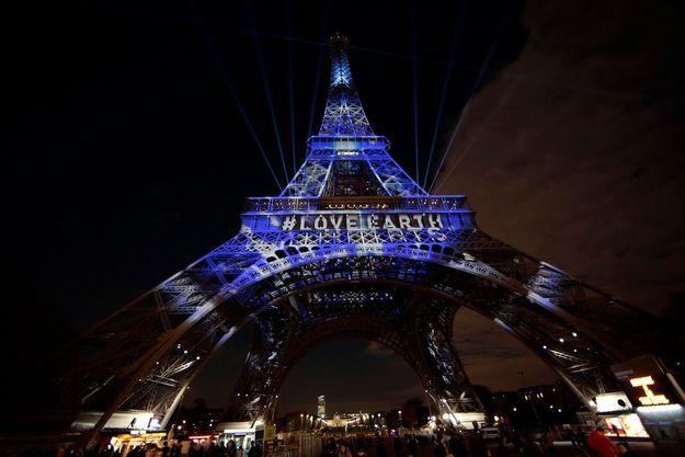 """La tour Eiffel, éclairée à """"l'énergie mutuelle""""."""