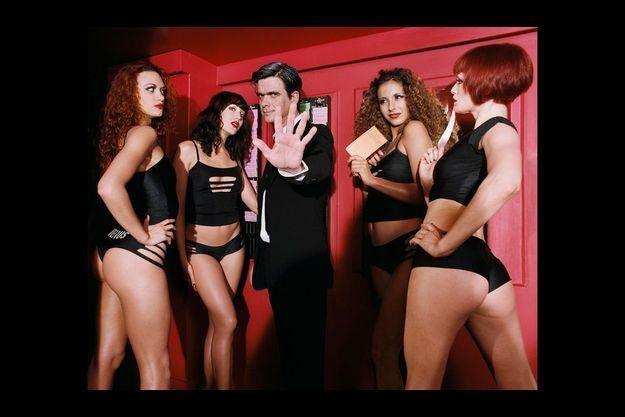 Le chorégraphe Philippe Découflé entouré de danseuses du Crazy Horse.