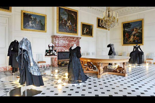 Dans un salon du Grand Trianon, autour d'une pièce d'époque, des modèles de Thierry Mugler, de Comme des garçons et de Yohji Yamamoto.