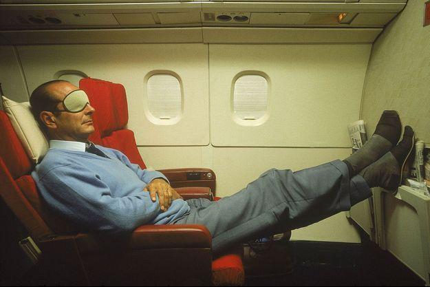 Jacques Chirac se repose à bord du Concorde l'emmenant en Nouvelle-Calédonie.