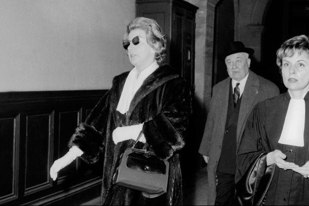 Domenica arrive au palais de justice avec son avocate Jacqueline Trouvat, le 11 février 1959.