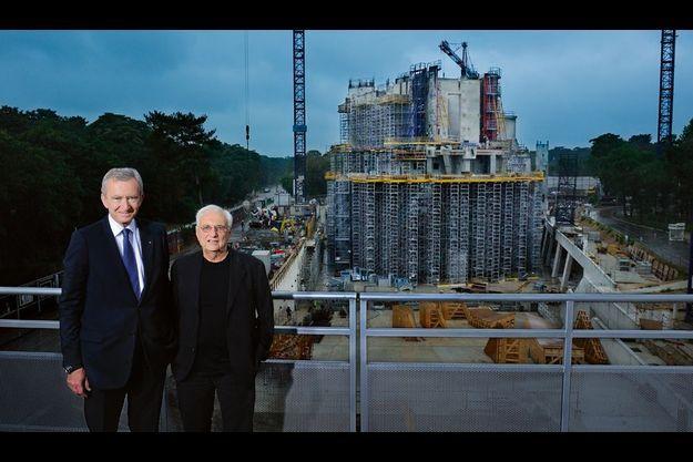 Mardi 7 juin, avec Bernard Arnault, sur le site du chantier, proche du Jardin d'Acclimatation. A terme, le bâtiment mesurera 150 mètres de longueur, 40 de largeur et 46 de hauteur. L'ensemble sera recouvert de 13 500 mètres carrés de verrière, comme le montre une des maquettes (voir photo au début de l'interview).