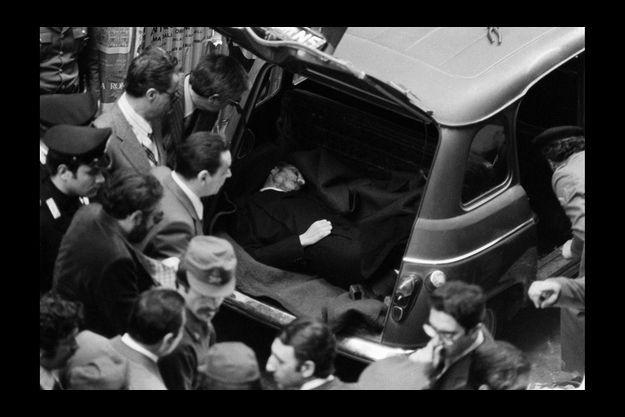 Cinquante-cinq jours après son kidnapping, le corps d'Aldo Moro est retrouvé dans le coffre d'une R4, près de la rue des Boutiques obscures, là où se trouve le siège du Parti communiste italien, à Rome.