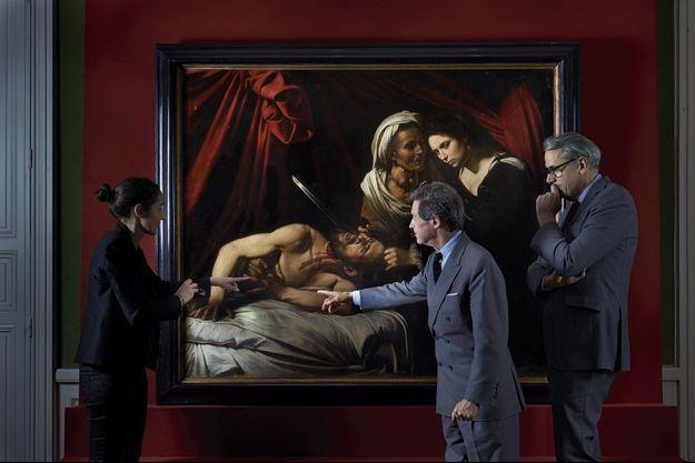 Devant l'huile sur toile de 144 x 173,5 cm, les experts du cabinet Turquin, Julie Ducher (à g.), Eric Turquin (au centre) et Stéphane Pinta.