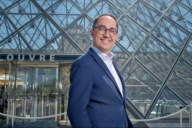 Archéologue et historien de l'art, Jean-Luc Martinez, président-directeur du musée du Louvre depuis 2013, dans la cour Napoléon, devant la pyramide de l'architecte Ieoh Ming Pei.