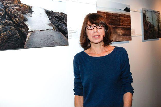 Kate Barry devant ses clichés lors d'une autre exposition à Dinard, en octobre 2012.