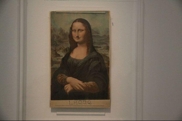 """""""L.H.O.O.Q"""", où La Joconde affublée d'une moustache et d'un bouc, par Marcel Duchamp."""