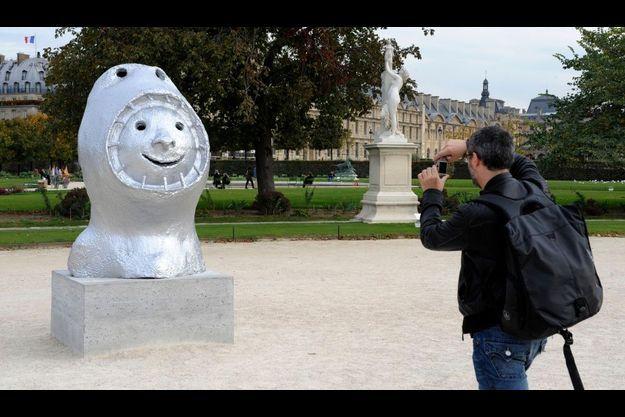Ugo Rondinone expose douze scuptures dans le Jardin des Tuileries.
